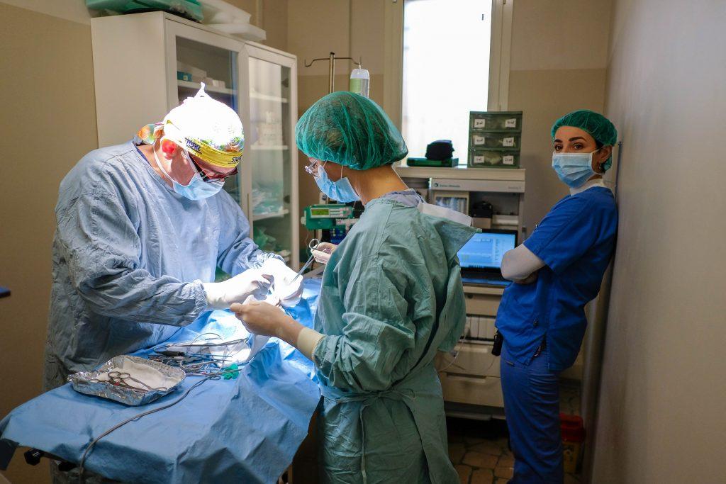 Due chirurghi e unanestesista presenti in sala con tutti i monitoraggi e l attrezzatura